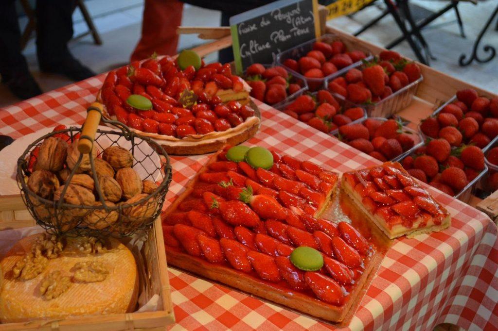 Tablée de tartes aux fraises et de barquettes de fraises du Périgord